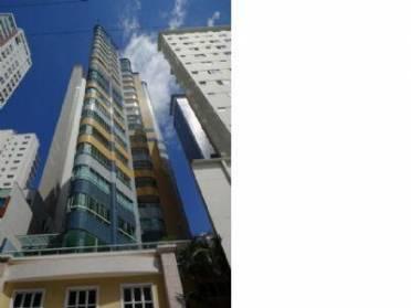 Apartamento no Centro de Balneário Camboriú, com 03 suítes (01 com sacada),