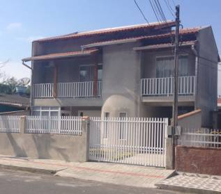 Casa com excelente decoração e acabamento em rua sem saída.