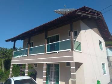 Ótima casa na Velha contendo 03 dormitórios sendo 2 suítes.