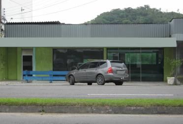 Sala comercial em rua de corredor de serviço próximo do centro com 100m²
